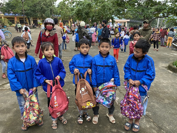 Trao 1.800 phần quà cho người dân vùng lũ Quảng Bình, Quảng Trị - Ảnh 3.
