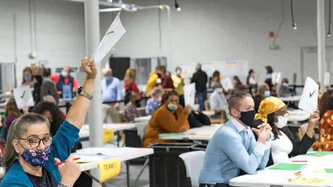 Bầu cử Mỹ: Bang Georgia liên tục phát hiện kiểm sót phiếu bầu - Ảnh 2.