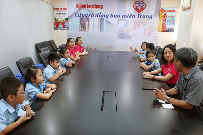 Đoàn học sinh Trường Tiểu học Lê Ngọc Hân đến Báo Người Lao Động ủng hộ Trái tim miền Trung - Ảnh 1.