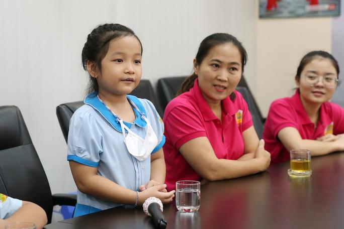Đoàn học sinh Trường Tiểu học Lê Ngọc Hân đến Báo Người Lao Động ủng hộ Trái tim miền Trung - Ảnh 2.