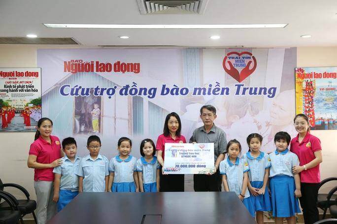 Đoàn học sinh Trường Tiểu học Lê Ngọc Hân đến Báo Người Lao Động ủng hộ Trái tim miền Trung - Ảnh 3.