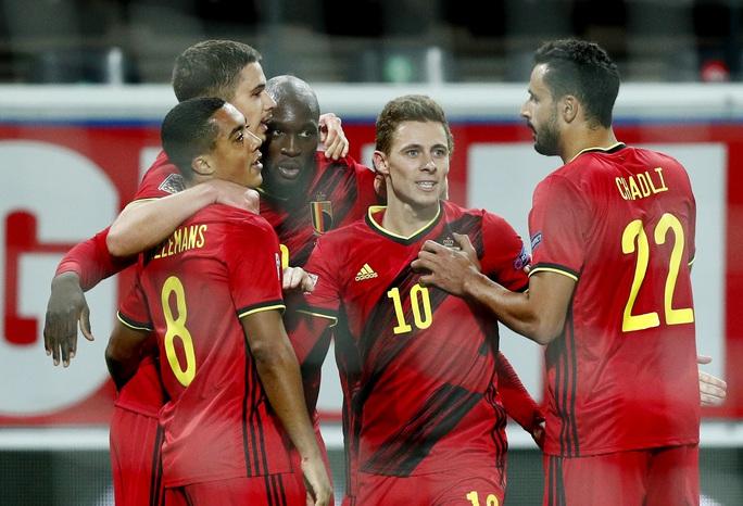 Người nhện Courtois phá lưới nhà, Bỉ vượt Đan Mạch giành vé vàng bán kết - Ảnh 7.