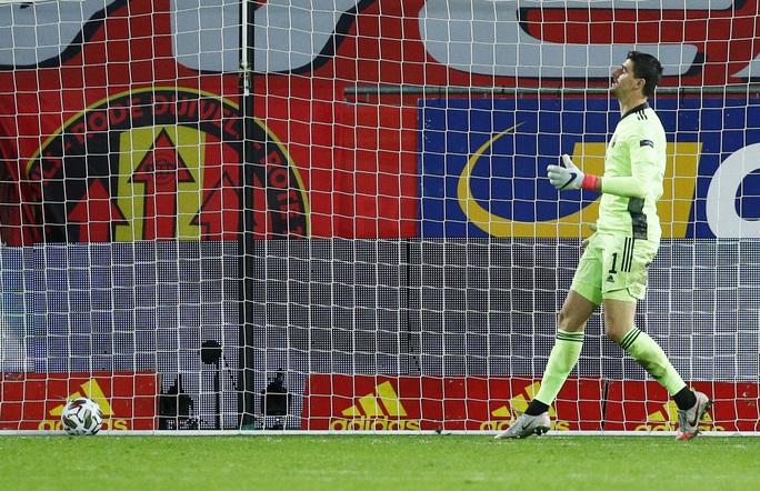 Người nhện Courtois phá lưới nhà, Bỉ vượt Đan Mạch giành vé vàng bán kết - Ảnh 5.