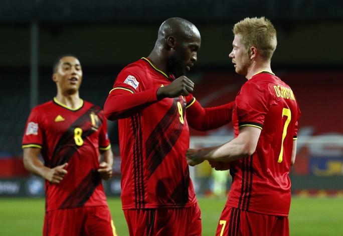 Người nhện Courtois phá lưới nhà, Bỉ vượt Đan Mạch giành vé vàng bán kết - Ảnh 4.