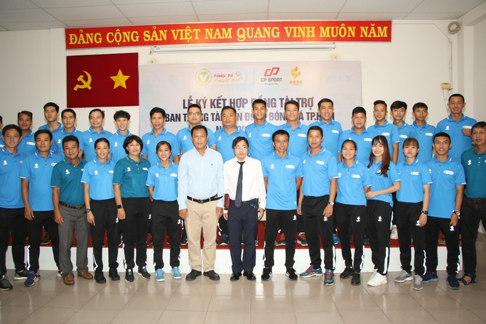 Trọng tài TP HCM có trang phục thể thao chất  - Ảnh 1.