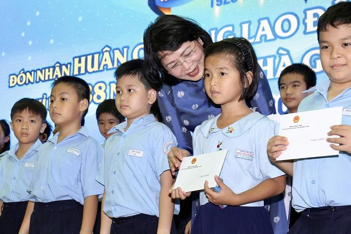 TP HCM: Trường Tiểu học Đinh Tiên Hoàng đón nhận Huân chương Lao động hạng Nhất - Ảnh 1.