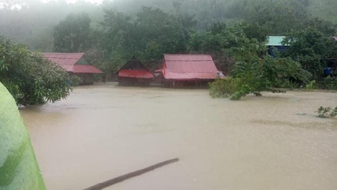 Quảng Bình: Núi lở, nước lũ vào nhà, bộ đội giúp dân dựng lều trên đồi tránh trú - Ảnh 1.