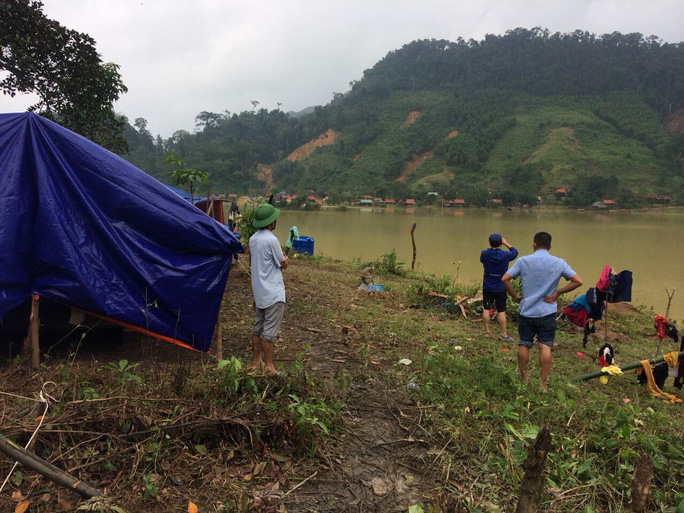 Quảng Bình: Núi lở, nước lũ vào nhà, bộ đội giúp dân dựng lều trên đồi tránh trú - Ảnh 4.