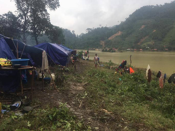 Quảng Bình: Núi lở, nước lũ vào nhà, bộ đội giúp dân dựng lều trên đồi tránh trú - Ảnh 3.