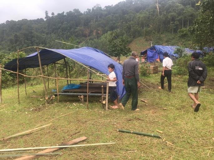Quảng Bình: Núi lở, nước lũ vào nhà, bộ đội giúp dân dựng lều trên đồi tránh trú - Ảnh 2.