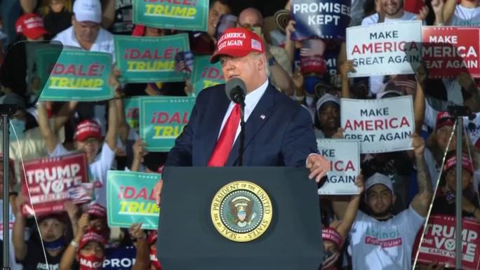 Đang chạy nước rút, Tổng thống Trump vẫn không tha bác sĩ Fauci - Ảnh 1.