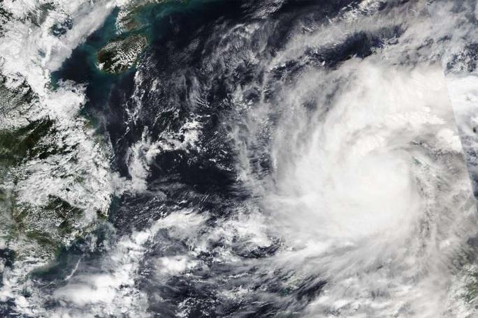 """Bị chỉ trích vì """"ngồi ở nhà"""", tổng thống Philippines đáp máy bay tới vùng bão - Ảnh 1."""