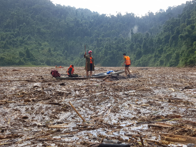 CLIP: Cây rừng phủ kín hồ Sông Tranh 2, lực lượng cứu hộ... đi trên mặt nước - Ảnh 2.