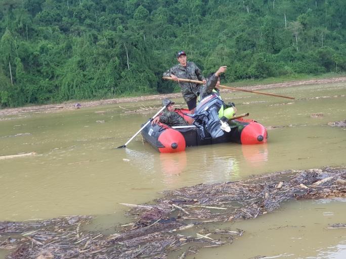 Quảng Nam: Tìm thấy thi thể bé gái ở hiện trường sạt lở và 1 thi thể ở lòng hồ - Ảnh 8.