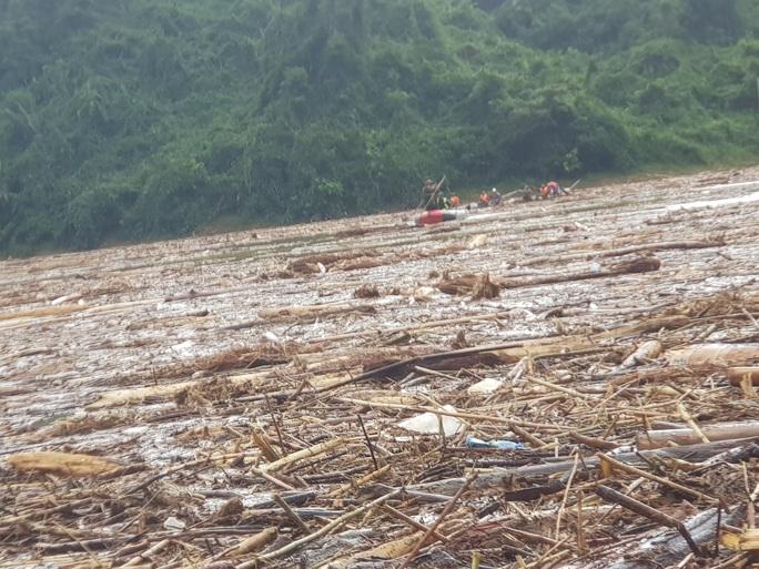 Quảng Nam: Tìm thấy thi thể bé gái ở hiện trường sạt lở và 1 thi thể ở lòng hồ - Ảnh 7.