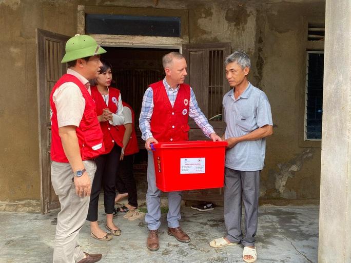 Đại sứ Anh thăm, tặng quà bà con vùng lũ Quảng Bình - Ảnh 1.