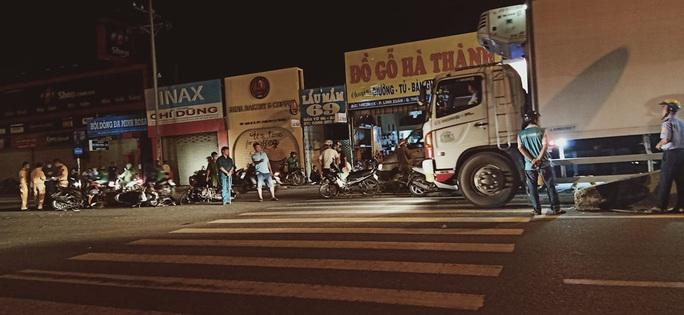 Ô tô tông hàng loạt xe máy đang chờ đèn đỏ ở Thủ Đức - Ảnh 3.