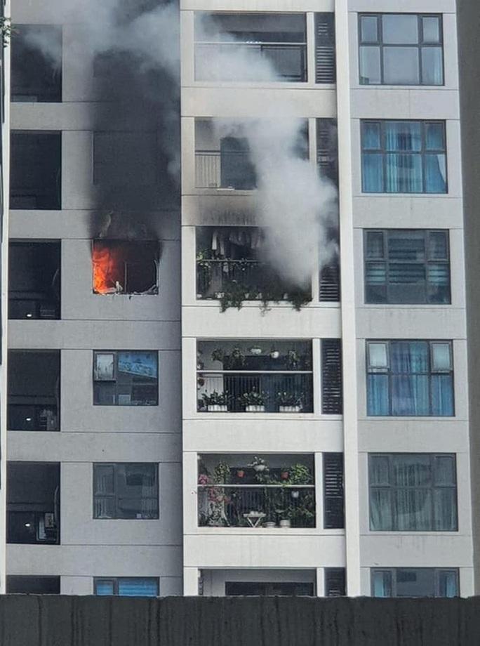 Cháy trên tầng 29 chung cư Goldmark City, hàng trăm người tháo chạy - Ảnh 2.