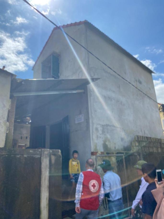 Đại sứ Anh thăm, tặng quà bà con vùng lũ Quảng Bình - Ảnh 5.