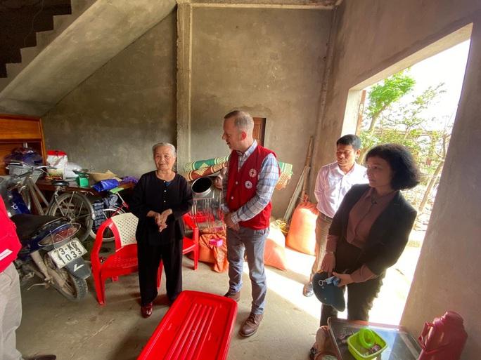 Đại sứ Anh thăm, tặng quà bà con vùng lũ Quảng Bình - Ảnh 4.