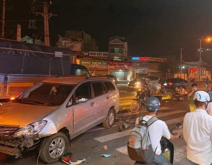 Ô tô tông hàng loạt xe máy đang chờ đèn đỏ ở Thủ Đức - Ảnh 1.