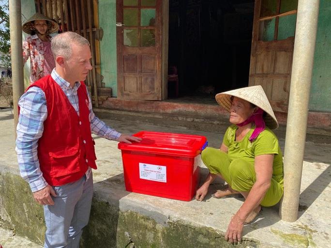 Đại sứ Anh thăm, tặng quà bà con vùng lũ Quảng Bình - Ảnh 2.
