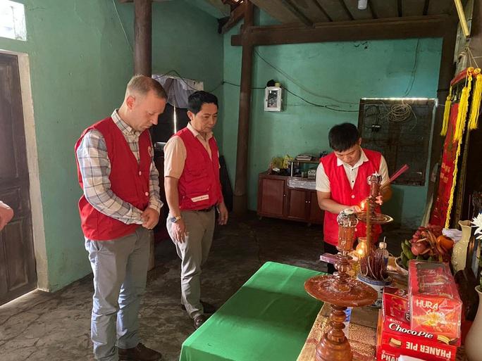 Đại sứ Anh thăm, tặng quà bà con vùng lũ Quảng Bình - Ảnh 6.