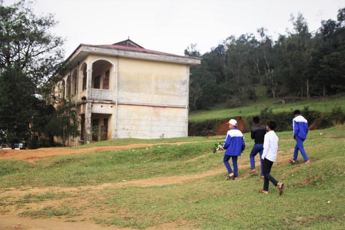 Thương cảnh học sinh vùng sạt lở núi hái hoa rừng để tặng giáo viên - Ảnh 2.