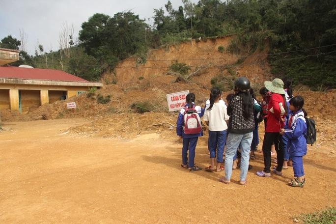 Thương cảnh học sinh vùng sạt lở núi hái hoa rừng để tặng giáo viên - Ảnh 4.