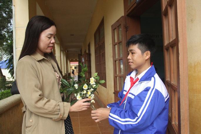 Thương cảnh học sinh vùng sạt lở núi hái hoa rừng để tặng giáo viên - Ảnh 3.
