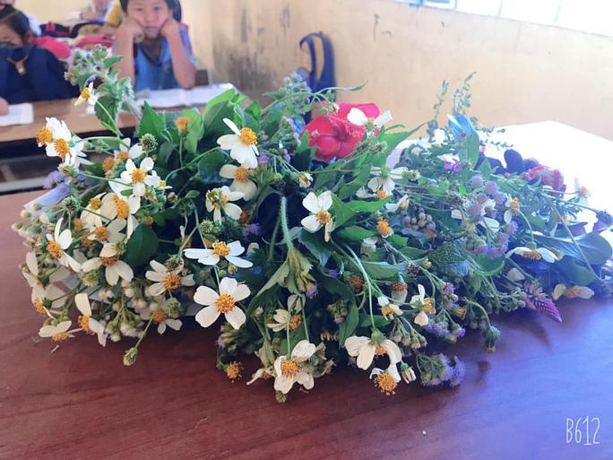 Xúc động những bó hoa dại tặng thầy cô nơi Cổng Trời - Ảnh 8.