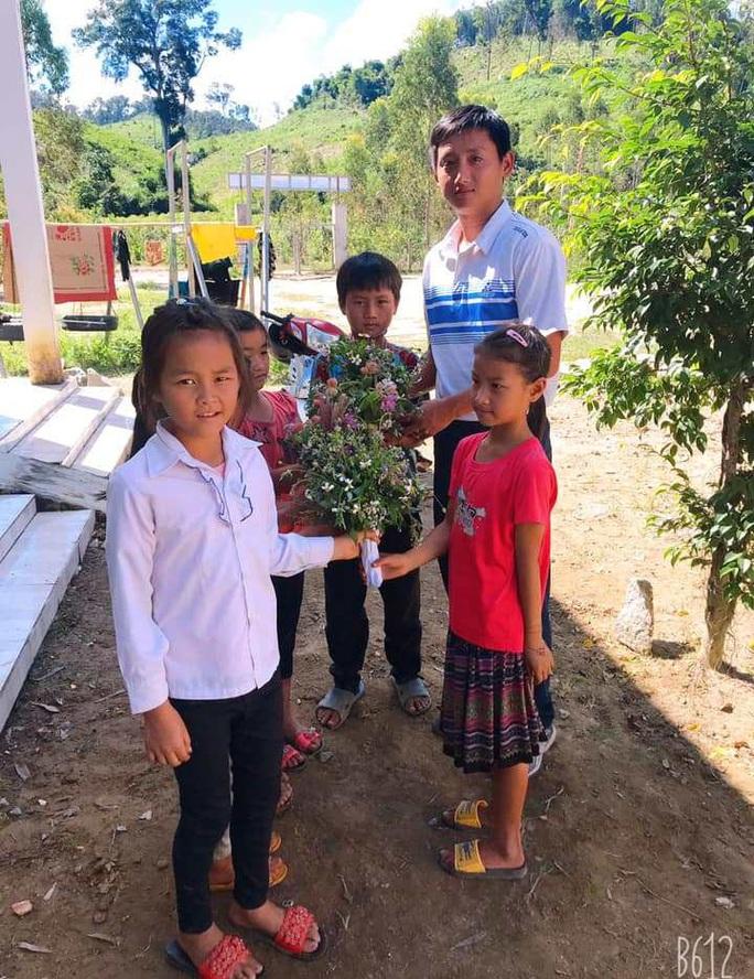 Xúc động những bó hoa dại tặng thầy cô nơi Cổng Trời - Ảnh 5.