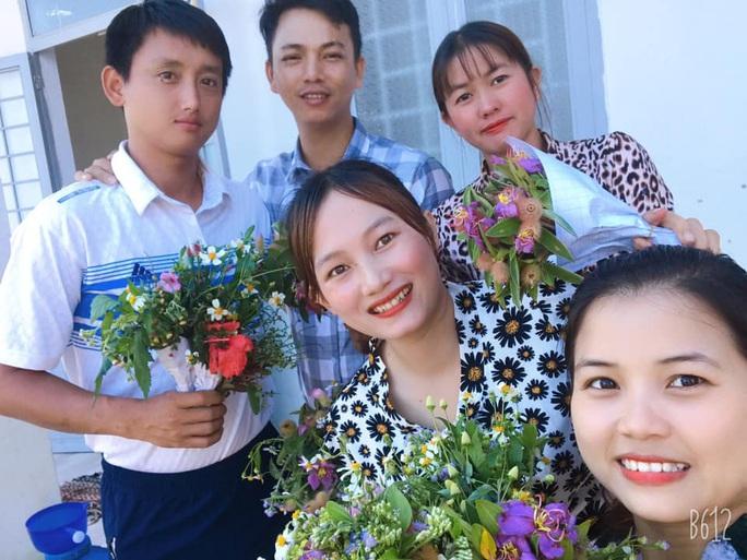 Xúc động những bó hoa dại tặng thầy cô nơi Cổng Trời - Ảnh 7.