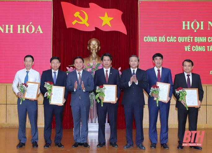 Thanh Hóa trao quyết định về công tác cán bộ cho 17 lãnh đạo chủ chốt - Ảnh 1.