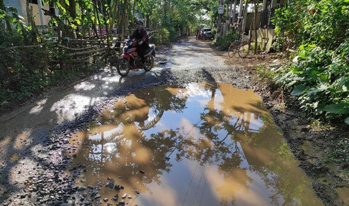 """CLIP: """"Con đường đau khổ"""" ở Quảng Bình khiến dân rùng mình khi đi lại - Ảnh 10."""