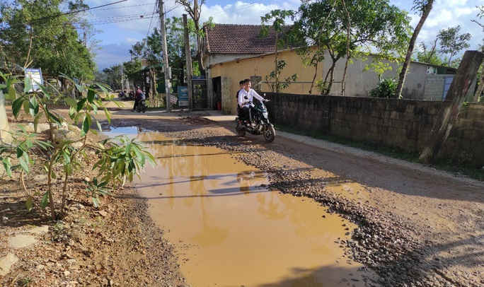 """CLIP: """"Con đường đau khổ"""" ở Quảng Bình khiến dân rùng mình khi đi lại - Ảnh 9."""