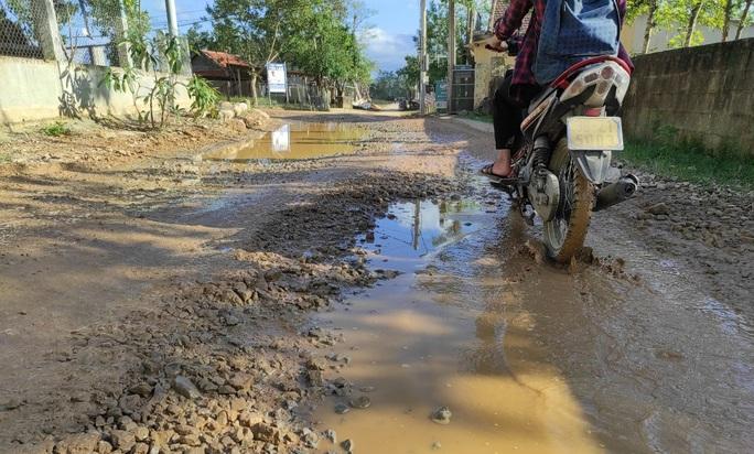 """CLIP: """"Con đường đau khổ"""" ở Quảng Bình khiến dân rùng mình khi đi lại - Ảnh 3."""