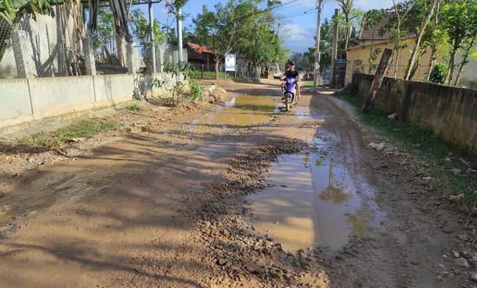 """CLIP: """"Con đường đau khổ"""" ở Quảng Bình khiến dân rùng mình khi đi lại - Ảnh 8."""