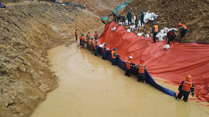 Hoàn thành đắp đập ngăn dòng Rào Trăng để tìm kiếm 12 người mất tích - Ảnh 2.