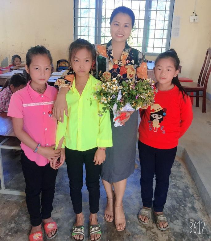 Xúc động những bó hoa dại tặng thầy cô nơi Cổng Trời - Ảnh 1.