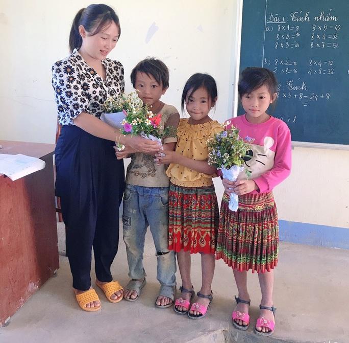 Xúc động những bó hoa dại tặng thầy cô nơi Cổng Trời - Ảnh 6.