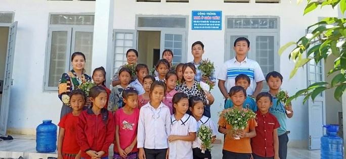 Xúc động những bó hoa dại tặng thầy cô nơi Cổng Trời - Ảnh 2.