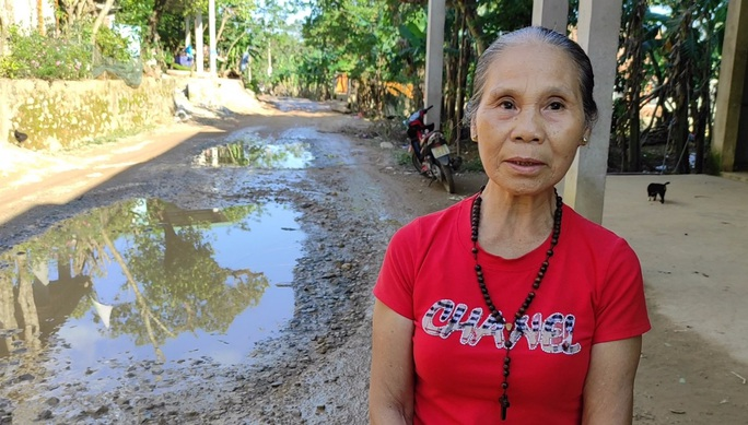 """CLIP: """"Con đường đau khổ"""" ở Quảng Bình khiến dân rùng mình khi đi lại - Ảnh 4."""