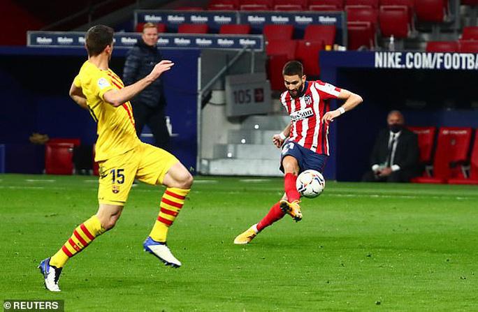 Siêu phẩm bàn thắng hạ gục Barcelona, Atletico chia ngôi đầu La Liga - Ảnh 3.