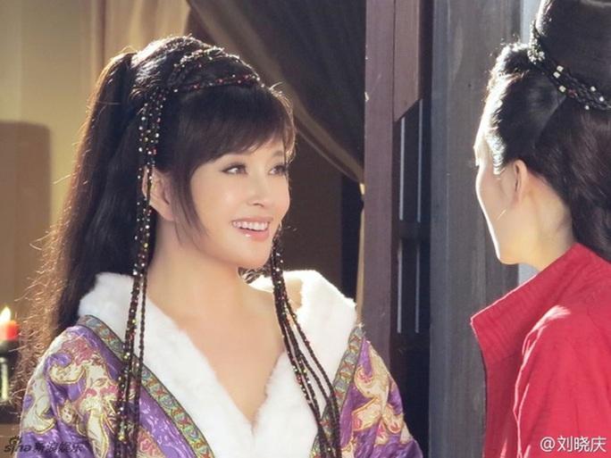 Ở tuổi 52, Lưu Gia Linh bị ném đá khi hóa thân thành thiếu nữ  - Ảnh 3.