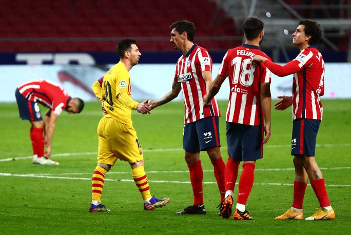 Siêu phẩm bàn thắng hạ gục Barcelona, Atletico chia ngôi đầu La Liga - Ảnh 5.