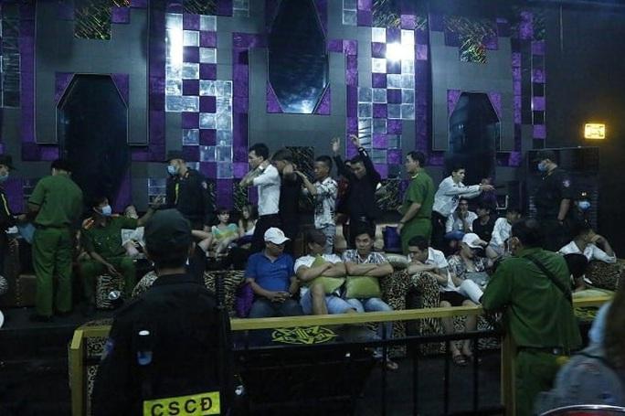 Bình Dương: Kiểm tra quán bar SIX T Club, phát hiện 74 người dương tính ma túy - Ảnh 1.