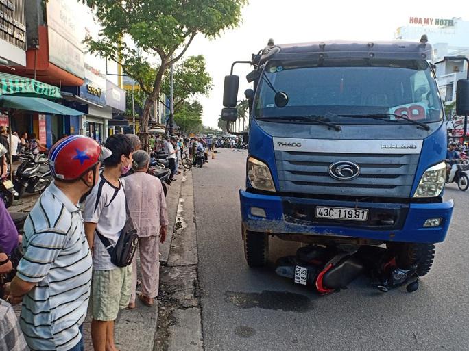 CLIP: Dừng đèn đỏ, một cô gái bị xe tải tông tử vong - Ảnh 3.