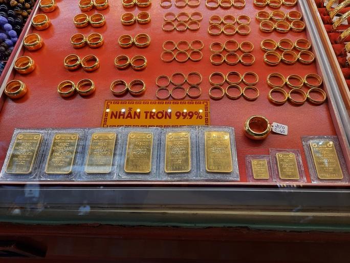 Giá vàng hôm nay 24-11: Vàng SJC rớt 500.000 đồng/lượng vẫn cao hơn thế giới trên 4 triệu đồng - Ảnh 1.