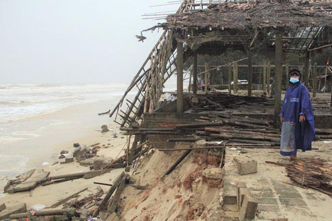 Bờ biển miền Trung tan hoang sau bão - Ảnh 1.